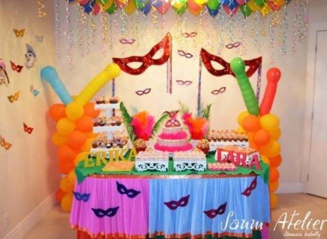 Decoração de Carnaval para aniversário com esculturas de balões25