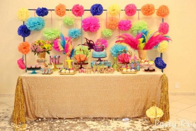 Decoração de Carnaval para aniversário com pompons de papel crepom25