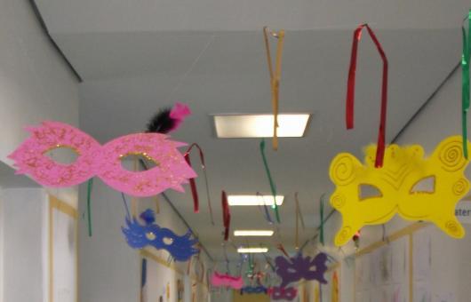 Decoração de Carnaval para escola com máscaras penduradas28