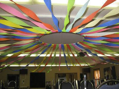 Decoração de Carnaval para escola com papel crepom no teto32