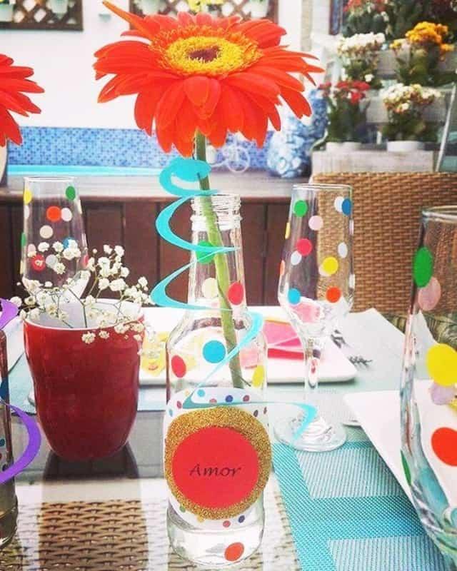 Decoração de Carnaval simples com garrafa decorada na mesa11