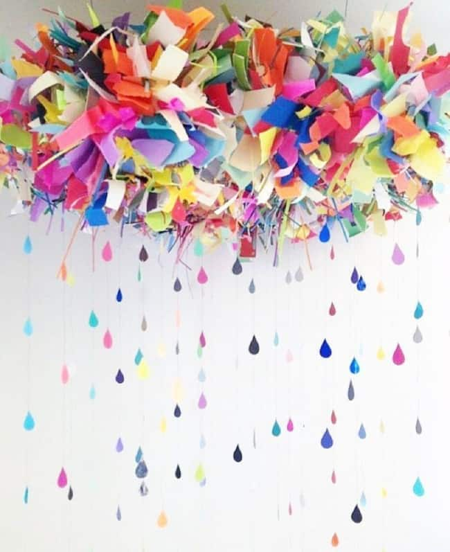 Decoração de Carnaval simples com ornamento de papéis no teto11