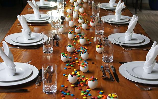 Decoração de mesa com confetes de chocolate para páscoa