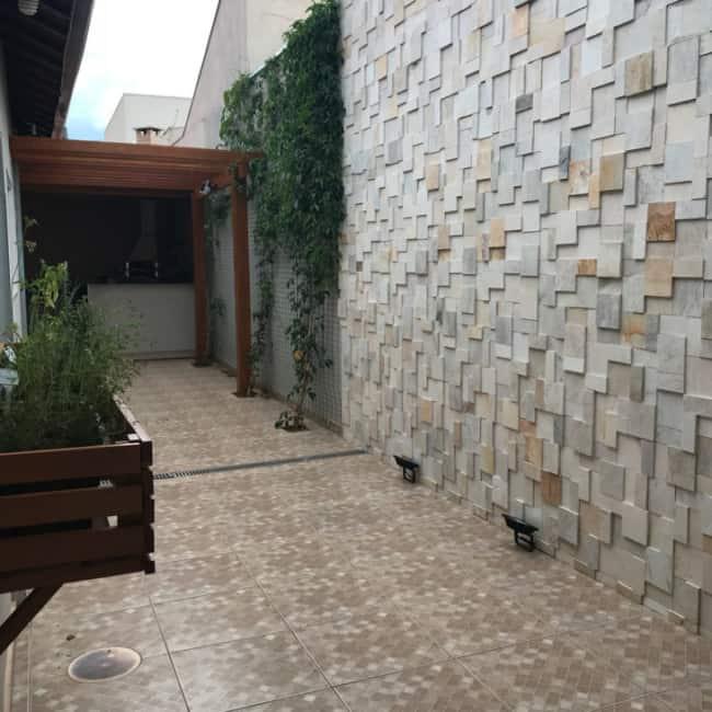 Decoração de parede com pedras mineiras irregulares