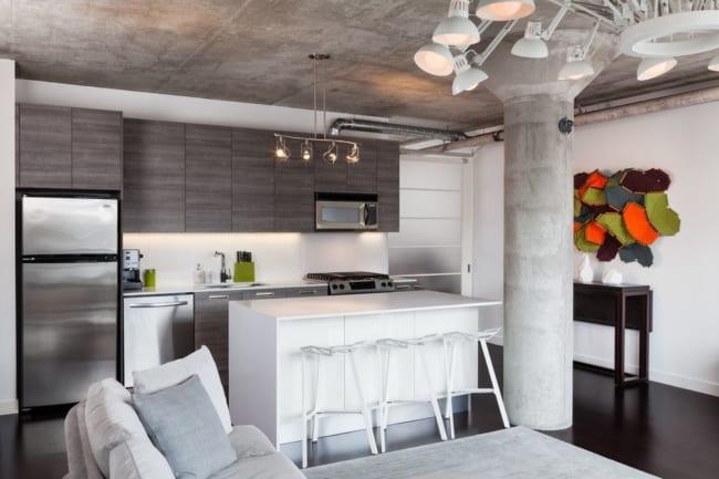 Decoração moderna de sala e cozinha americana planejada