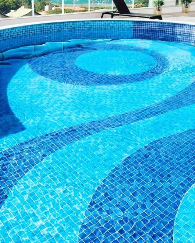 Desenho de pastilhas para piscina grande