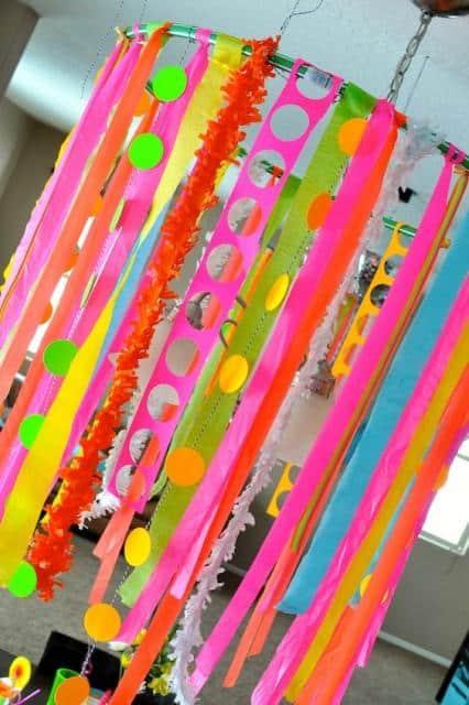 Enfeite de teto de papel crepom para decoração de Carnaval55