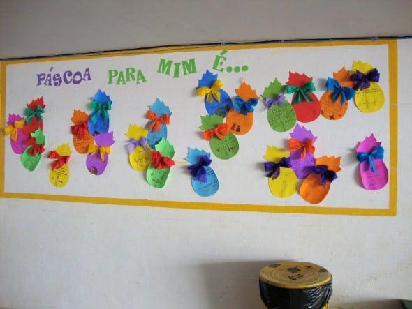 Escola decorada com enfeites de páscoa