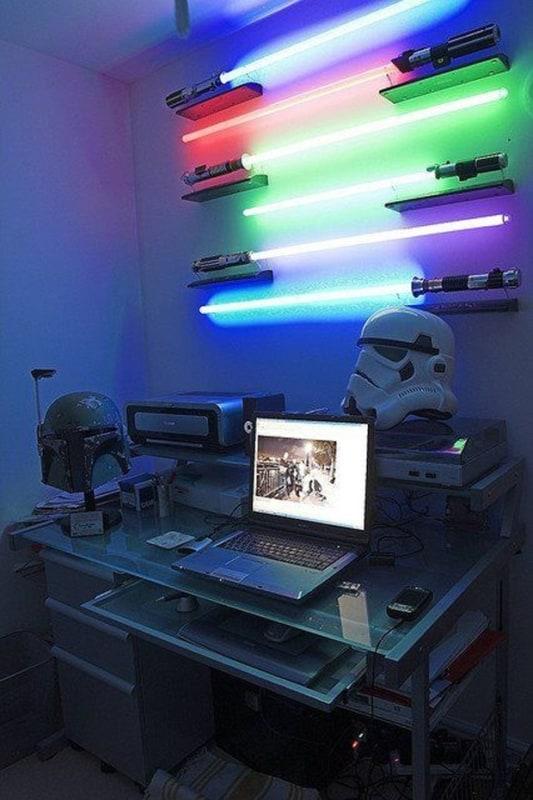Escritório geek com sabre de luz