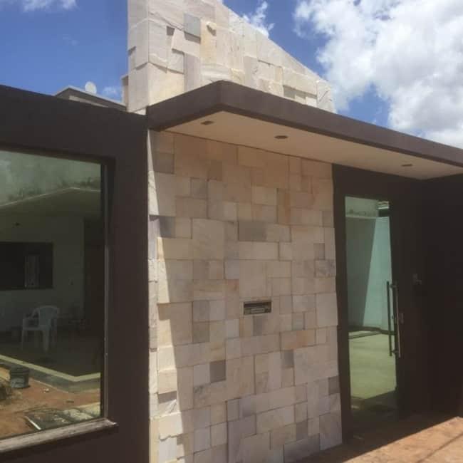 Fachada moderna com pedra mineira