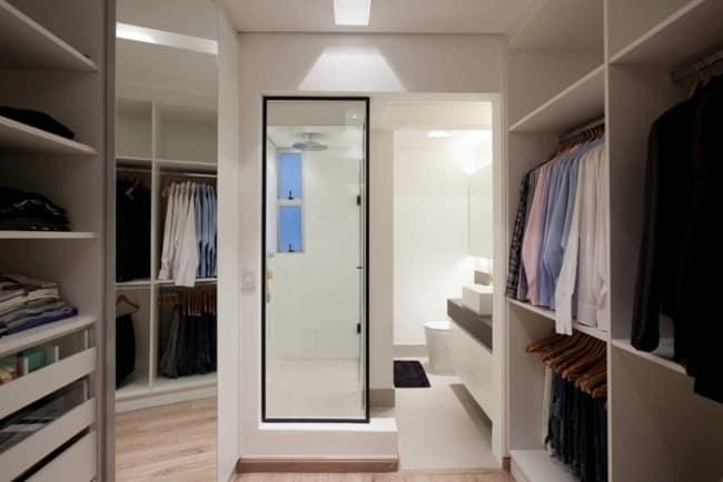 Grande closet planejado com banheiro integrado
