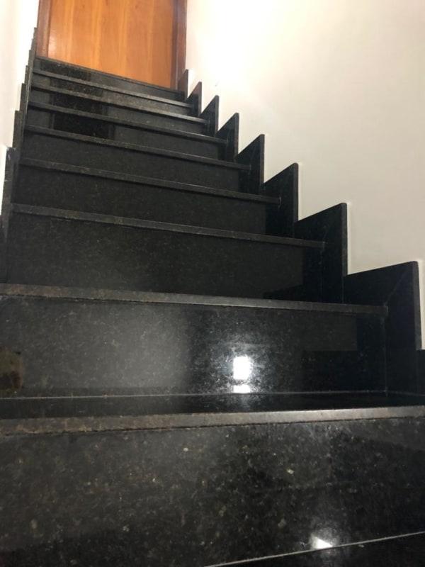 Granito Verde Ubatuba em escada residencial
