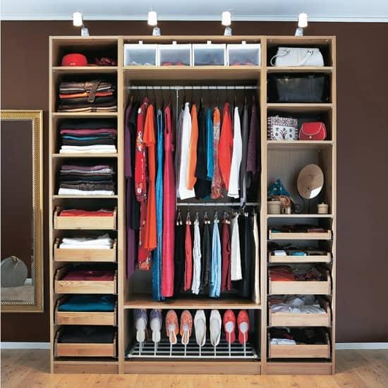 Ideia de closet em madeira planejado para uma pessoa só