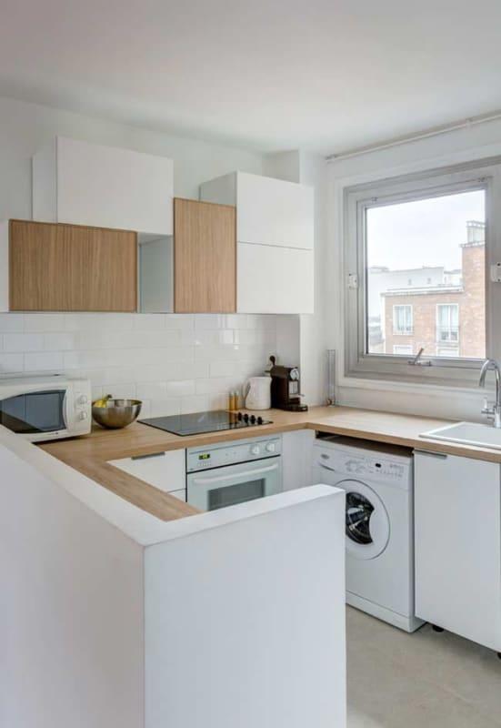 Ideia de cozinha americana pequena com armários planejados e janela