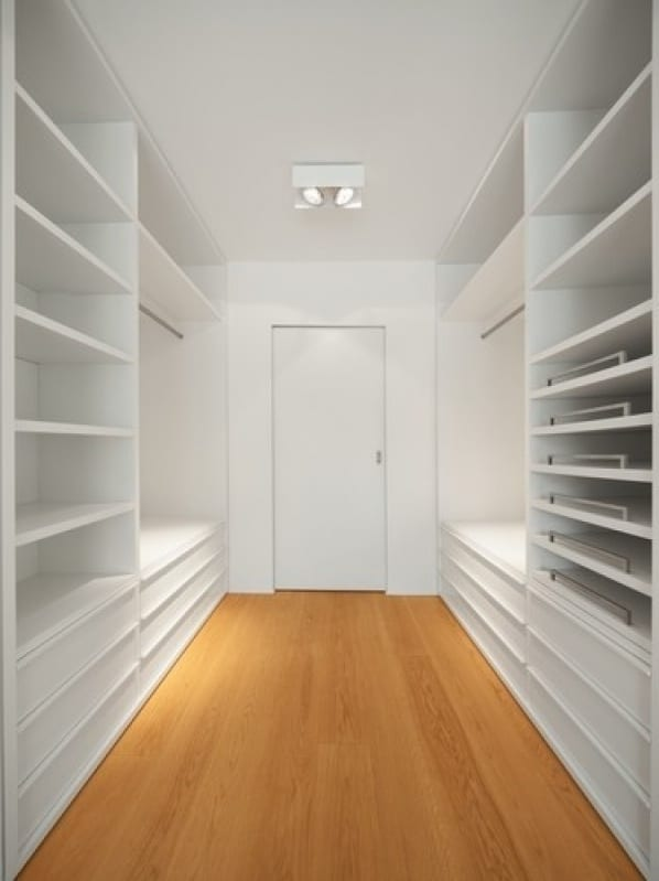 Inspiração de closet branco para casal