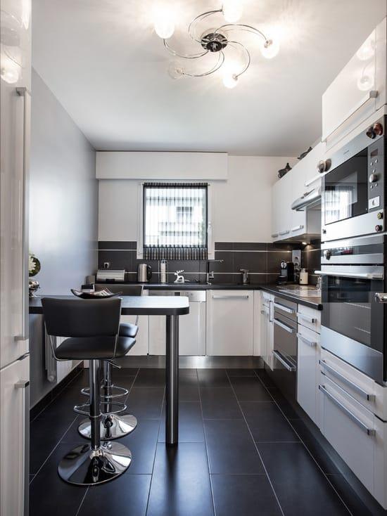 Inspiração de cozinha cinza e branca com janela na pia