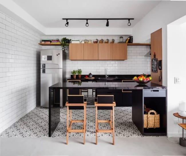 Inspiração de cozinha com armários e bancada planejada simples