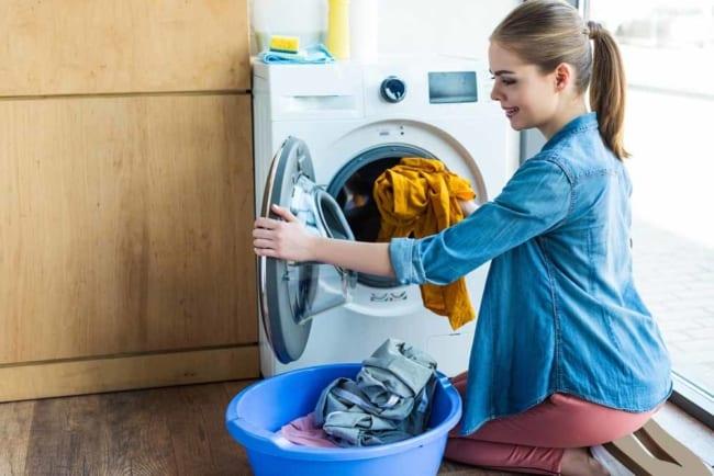Lave todas as roupas de acordo com o tipo e as cores