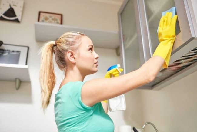 Limpar o armário da cozinha por dentro e por fora