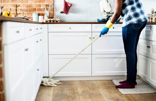 Limpar o chão da cozinha