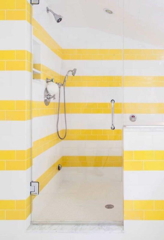 Linda pintura de azulejo no banheiro