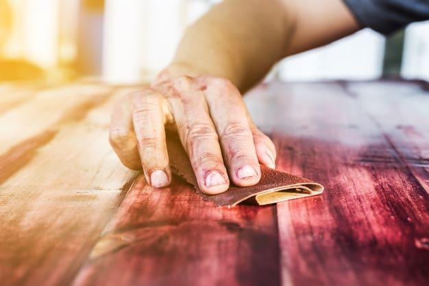 Lixar o móvel de madeira antes de pintar