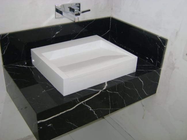 Mármore Preto em pia de banheiro