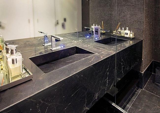 Mármore Preto no lavabo e banheiro