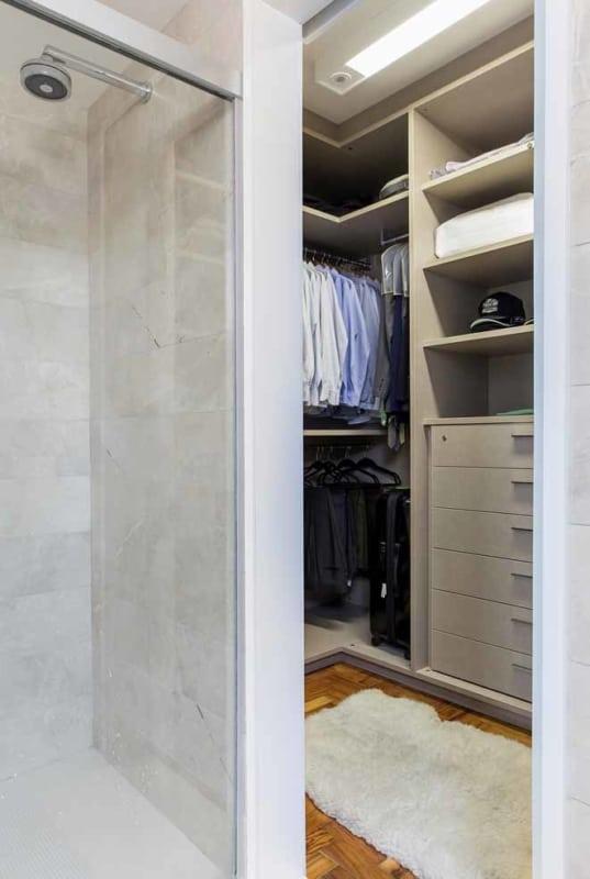 Mais uma inspiração de closet com banheiro