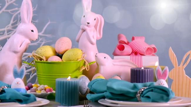Coelhos de porcelana na mesa para almoço de Páscoa