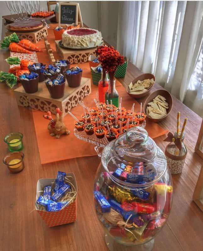 Mesa com guloseimas para a páscoa