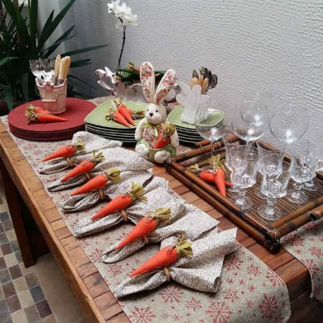 Mesa de Páscoa decorada com cenouras