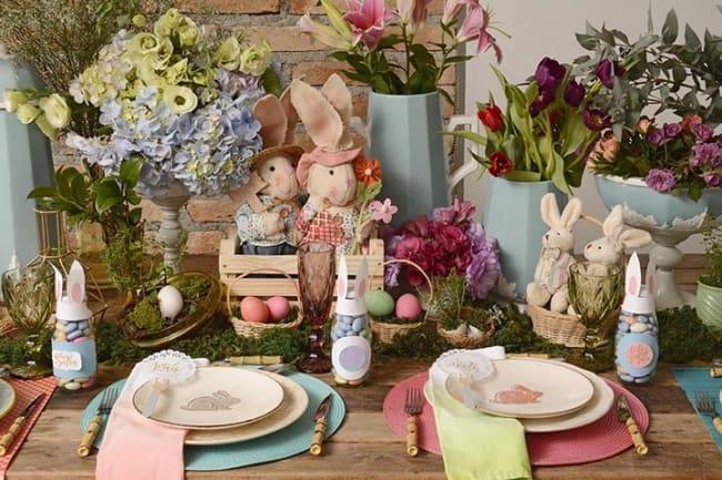 Mesa de páscoa com flores e ovos coloridos