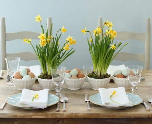 Mesa de páscoa com ovos de galinha