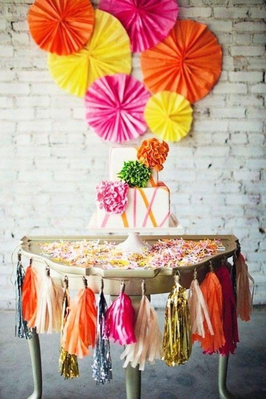Mesa decorada com pompons de papel crepom54