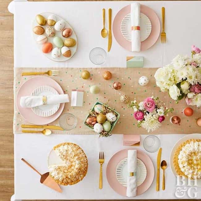 Mesa posta para a páscoa com cores pasteis