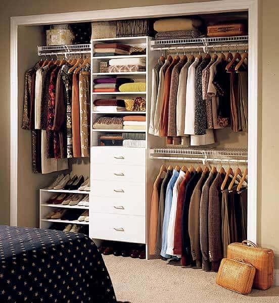 Modelo de closet planejado pequeno para casal