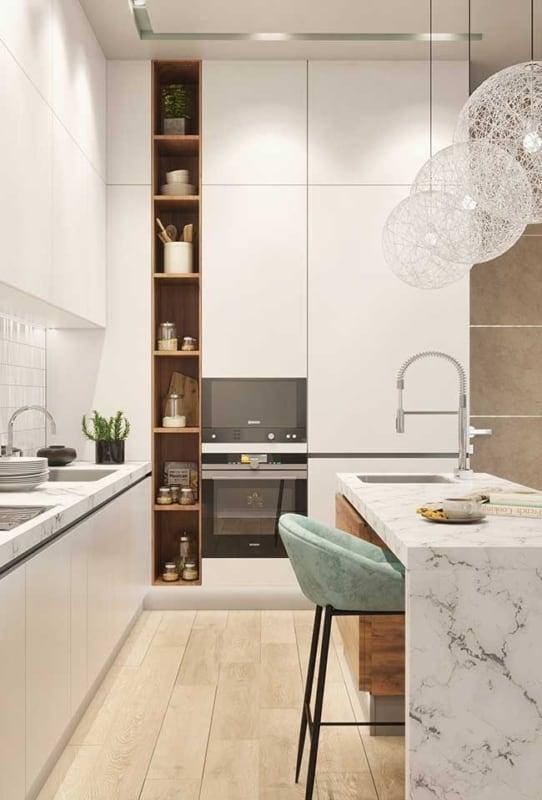 Modelo de cozinha planejada branca com ilha em mármore