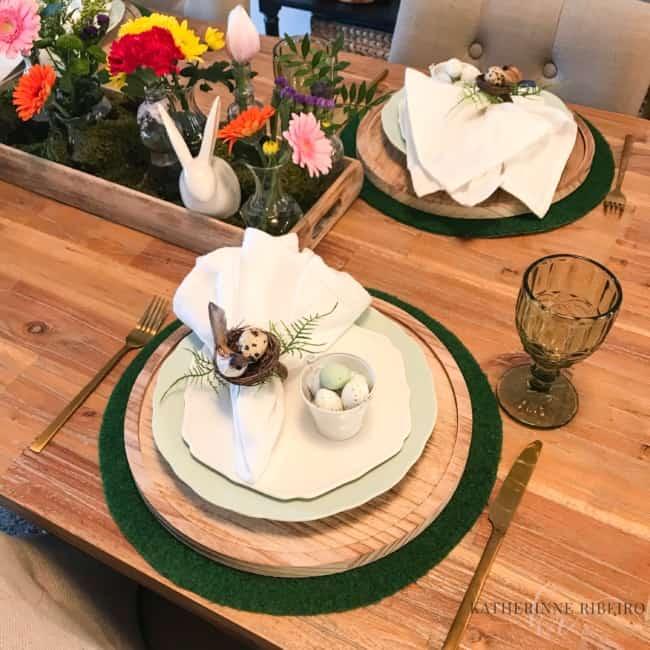 Modelo de mesa posta simples para a Páscoa