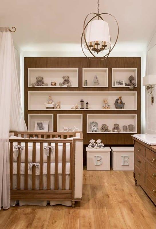 Modelo de quarto de bebê branco com madeira