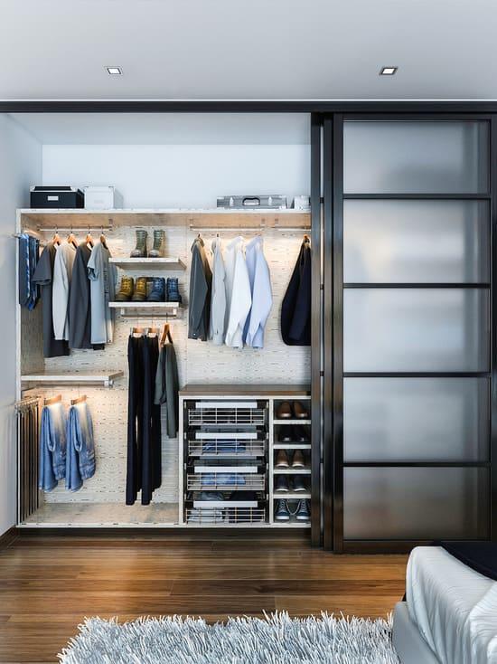 O closet pequeno planeado pode ter portas transparentes
