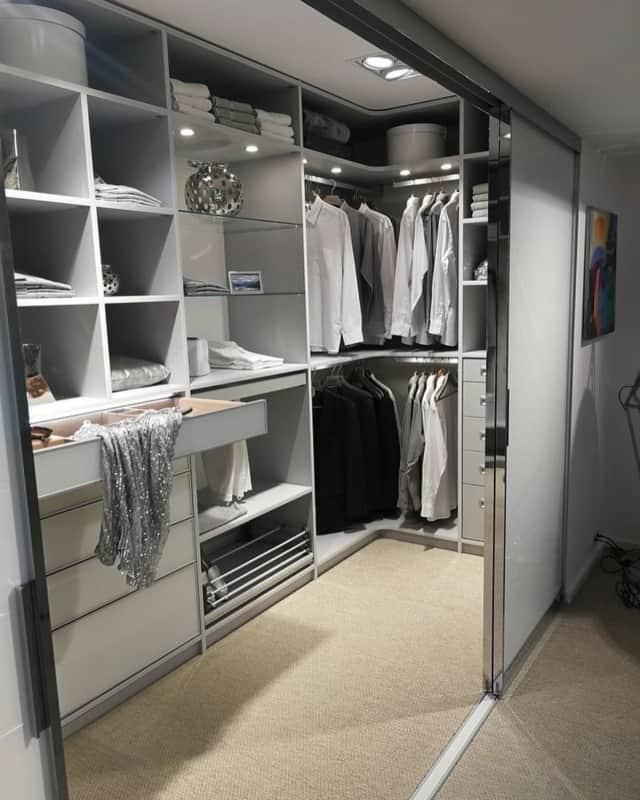 O closet pode ser fechado por porta de correr única