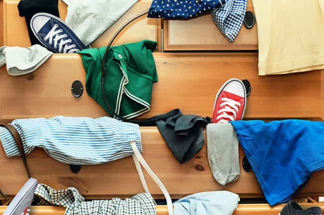 Organizar as roupas no guarda roupas
