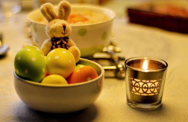 Ovinhos coelhos e velas para deixar a mesa de páscoa temática