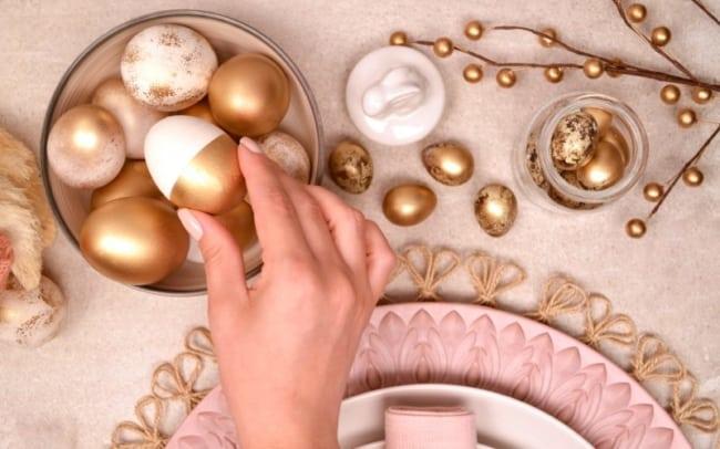 Ovos dourados para decorar mesa de páscoa