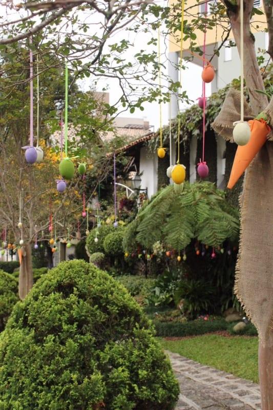 Ovos pendurados nas árvores do jardim