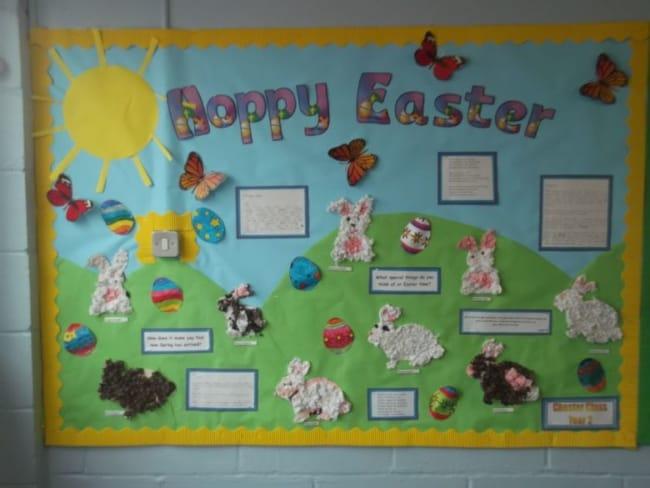 Painel de Páscoa para escola com coelhinhos de algodão13