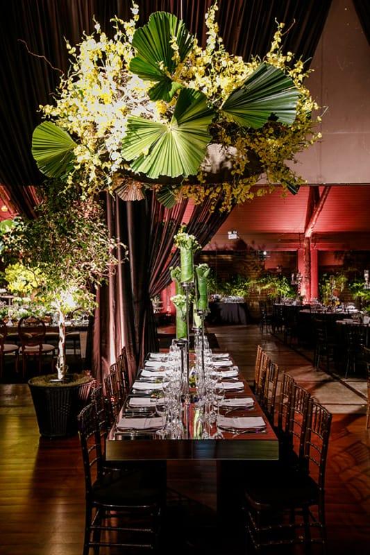 Palmeira leque na decoração de restaurante