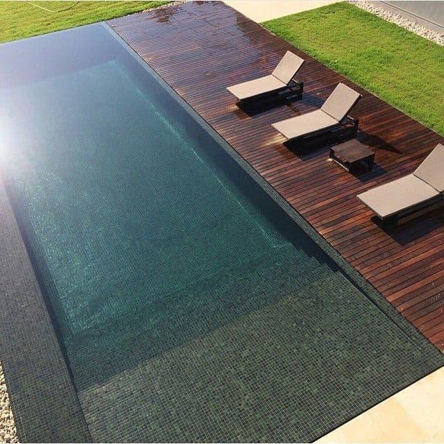Panorama de piscina moderna com pastilhas e madeira em ripas