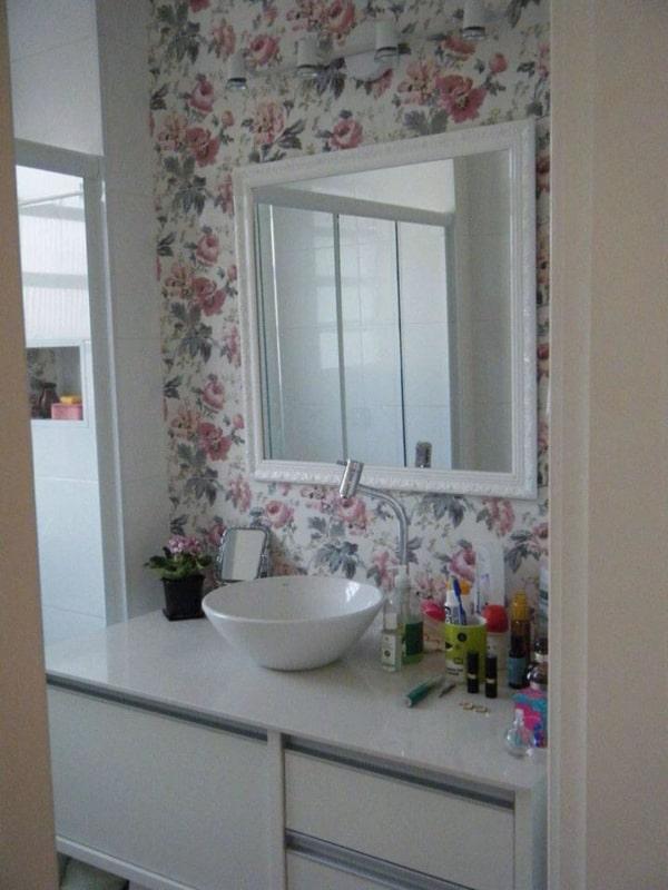 Papel contact na parede do banheiro floral